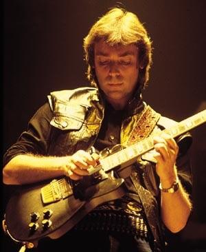 http://www.guitarmasterclass.net/wiki/images/c/c3/Steve_Hackett.jpg