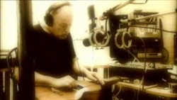 Gilmour playing lapstyl slide guitar